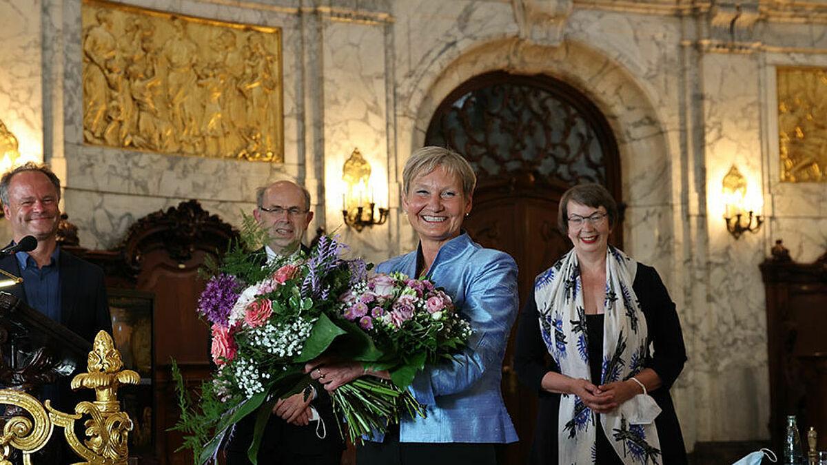 Freudestrahlend und überwältigt nahm die frisch wiedergewählte Hamburger Bischöfin Kirsten Fehrs Blumen und Gratulationen des Bischofsrats entgegen